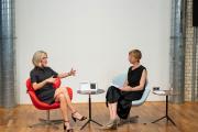 Präsentationen der Industrie: Wiebke Becker von JUNG spricht über die mannigfaltigen Möglichkeiten des Schalterprogramms LS. Foto: Heinze GmbH / Christian Stallknecht