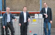 Die Geschäftsleitung der Alfred Clouth Lackfabrik, Constantin Clouth (m.) und Alexander Eisenacher (r.) mit dem technischen Leiter Dr. Achim Völker (l.)
