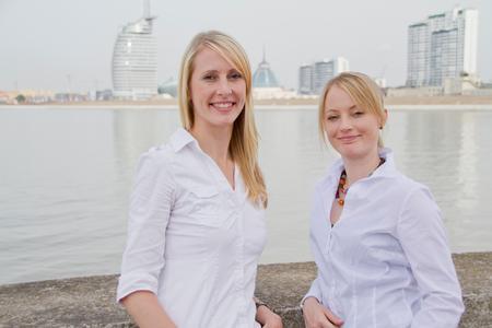 Kennen sich in sozialen Netzwerken aus: Steffi Brockamp (l.) und Steffi Schröder von der Kommunikations-Agentur Kopfgeflüster aus Bremerhaven