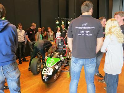 Studierende der Hochschule Osnabrück präsentierten den ersten fahrenden Elektrorennwagen aus der Hochschulschmiede