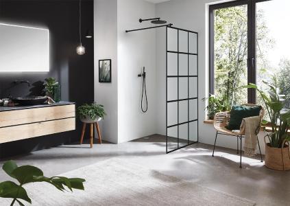 Die Inloop Black Square Glasdusche überzeugt mit ihrem geradlinigen Design: Keramischer Siebdruck in Schwarz auf Duschglas in Verbindung mit schwarzen Beschlägen.