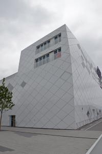 Vorgehängte hinterlüftete Fassadensysteme haben sich auch im Gewerbebau als Gestaltungselement und Energiesparmaßnahme bewährt