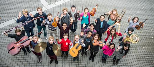 Frühstudierende der Hochschule für Musik, Theater und Medien musizieren in Neustadt