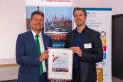 """Als Vorreiter in Sachen Klimaschutz wurde PUU-Mitglied Hotel Westfalia, Geschäftsführer Nils Plewnia, von Senator Lohse zum siebten Mal in Folge als """"Klimaschutzbetrieb CO2 minus 20"""" ausgezeichnet."""