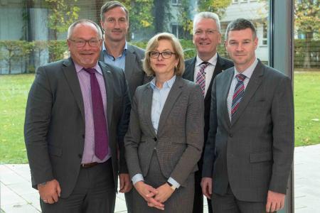 Vorstand - P.v.l.n.r.: Dr. Matthias Bracht, Dipl.-Oec. Dirk Balster, Jutta Dernedde, Prof. Dr. med. Hans-Jürgen Hennes, Dr. Eibo Krahmer