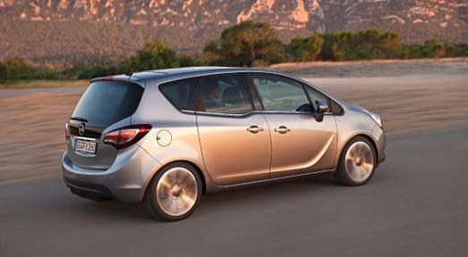 Neuer Opel Meriva: Das revolutionäre, patentierte FlexDoors-Türsystem mit hinten angeschlagenen, gegenläufig zu öffnenden Fondtüren bietet gegenüber konventionell zu öffnenden Türen einen außergewöhnlich bequemen Zugang zum Fond, © GM Company