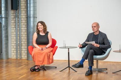 Lauren Touhey-Otto, Partnerin beim Berliner Büro KINZO, hält ihren Vortrag im Studio. Foto: Heinze GmbH / Christian Stallknecht