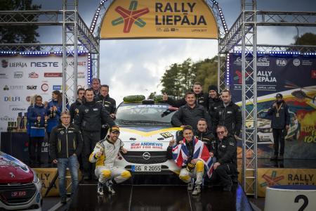 So sehen Sieger aus: Christopher Ingram (vorne rechts) und Copilot Ross Whittock (vorne links) feiern mit ihrem Team den Titelgewinn der Rallye-Junior-Europameisterschaft im Opel ADAM R2