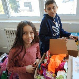 """Kinder öffnen Päckchen der """"Aktion Kinder helfen Kindern"""""""