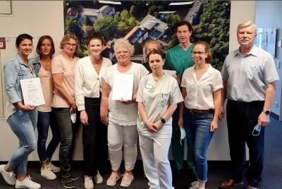 Teammitglieder der vier Siegerteams der Aktion #waldfriedeläuft nehmen ihre Urkunden von Krankenhausvorstand Bernd Quoß (re.) entgegen. © Foto: René Scheiner / krankenhaus-waldfriede.de