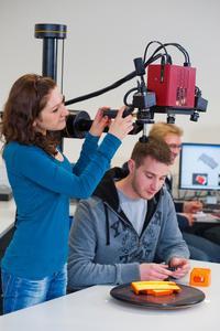 In den Laboren der Hochschule Osnabrück können Schülerinnen mit Technik experimentieren