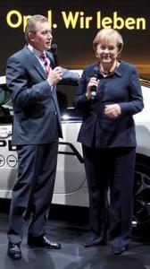 Bundeskanzlerin am Opel-Stand: Bei ihrem IAA-Rundgang nahm sich Angela Merkel Zeit, um sich vom Opel-Vorstandsvorsitzenden Karl-Friedrich Stracke die Aktivitäten des Unternehmens zur Elektromobilität  erklären zu lassen