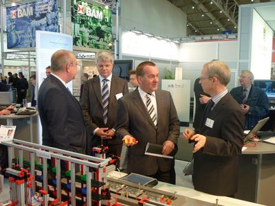 Auch Oberbürgermeister Boris Pistorius (3.v.l.) überzeugte sich von dem hohen Innovationsgrad der Osnabrücker Forschungsprojekte - hier mit Prof. Dr. Clemens Westerkamp (rechts) sowie Wolfgang Gurk, Wirtschaftsförderung Osnabrück,  (links) und Dr. Gerold