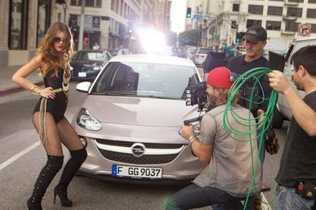 """Werbedreh in Los Angeles: Topmodel-Kandidatin Stefanie schlüpft in die Rolle der Femme Fatale und fährt mit dem Opel ADAM Sondermodell """"Germany's next Topmodel"""" vor"""