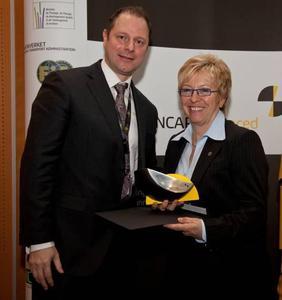 """Rita Forst, Geschäftsführerin Entwicklung der Adam Opel GmbH nahm eine neue Sicherheitsauszeichnung für die Frontkamera """"Opel Eye"""" von der Verbraucherschutzorganisation Euro NCAP (European New Car Assessment Programme) entgegen"""