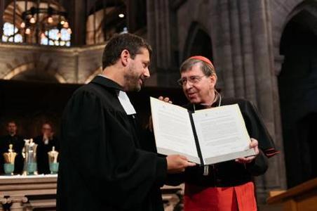 Absichtserklärung zu gemeinsamem Dialog: GEKE-Präsident Gottfried Locher mit Kurienkardinal Kurt Koch (v.l.) © Foto: SEK/Oliver Hochstrasser