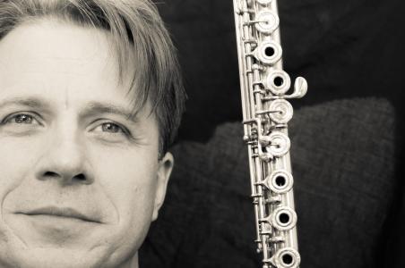 Der britische Komponist und Flötist Ian Clarke wird beim querwind Flötenfestival Workshops zu modernen Flötentechniken und seinen Kompositionen geben.