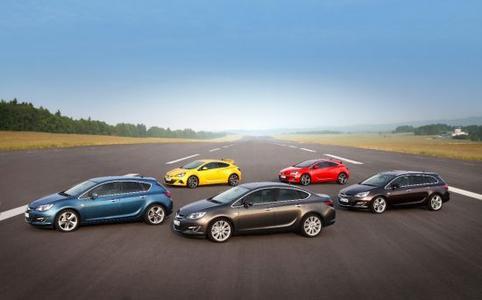 Im Sommer hat die Astra-Familie mit neuem Limousinen-Modell, radargestützten Assistenzsystemen und frischem Design auf dem Moskauer Internationalen Automobilsalon Premiere – die erste Fahrzeug-Weltpremiere von Opel auf dem wichtigen Wachstumsmarkt Russland. Der BiTurbo wird auch beim Astra zum neuen Top-of-the-Line-Diesel