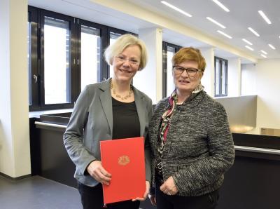Prof. Dr. Annette Harth (links) mit Rektorin Prof. Dr. Karin Luckey (Foto: Sascha Peschke, Hochschule Bremen)