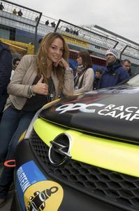 Estefania Küster beim 24h-Rennen am Nürburgring, als sie den erfolgreichen Teams des Opel OPC Race Camp viel Erfolg wünschte