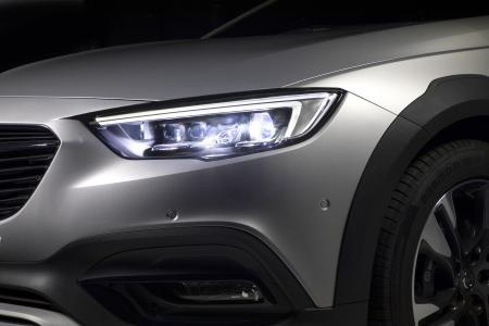 Schlank, elegant und taghell: In den Scheinwerfereinheiten des Opel Insignia Country Tourer sitzen insgesamt 32 LED-Segmente (16 auf jeder Seite), die den Lichtstrahl präzise und blendfrei an die jeweilige Verkehrssituation anpassen