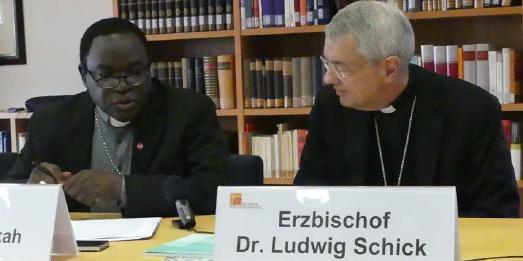 Bischof Matthew Kukah und Erzbischof Ludwig Schick beim Pressegespräch / © Foto: Holger Teubert/APD