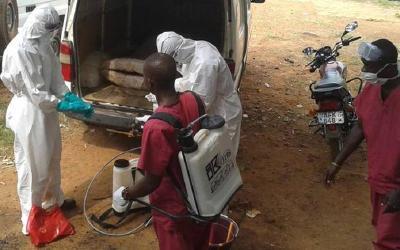 ADRA-Personal desinfiziert Krankenwagen sowie Haushaltsgegenstände von Ebola-Patienten / © Foto: Ebola-Ausbruch in Westafrika 2014-2015 / ADRA