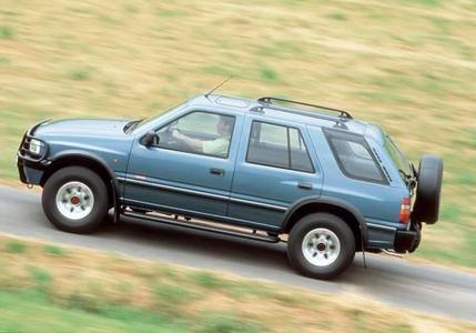 Lang und stark: Der Frontera Viertürer ist ein Multitalent, überzeugt als komfortabler Reisewagen für die Familie und zieht Lasten von bis zu 2,8 Tonnen Gewicht – je nach Motorisierung