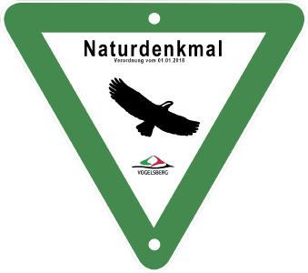 Mit diesem Schild werden die 22 neuen Naturdenkmäler gekennzeichnet. Schild/Collage: Naturschutzbehörde Vogelsbergkreis