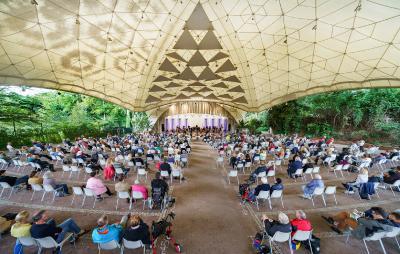 Foto aus einem vergangenen Konzert der Essener Philharmoniker im Grugapark, das mit einem Sitzplan unter Corona-Bedingungen stattfand. Foto: Volker Wiciok/TUP