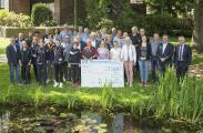 Die Gewinner Projektwettbewerb AV Region Leben der Ammerländer Versicherung mit Axel Eilers, Vorstandsvorsitzender, (vorne rechts) und Helmut Oeltjendiers, Aufsichtsratsvorsitzender (vorne rechts, ganz außen).