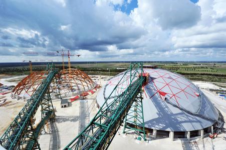 Ansicht der Kuppeln, die den aktuellen Stand des Montagefortschritts zeigt (Bild: Rubner Holzbau)