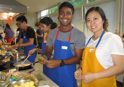 In der Großküche kochen jeweils zwei ISU-Teilnehmer unterschiedlicher Nationalität zusammen ein Gericht. Haeri Park (rechts) kommt aus Südkorea, Jian Soares aus Australien