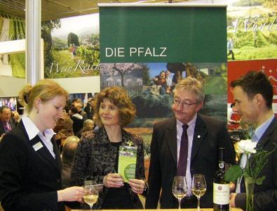 Barbara Imo und Tobias Kelter von Pfalztouristik  erläutern Ministerin Lemke u.a. über die Mandelblütenaktivitäten