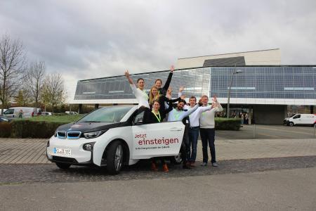 Natürlich mit dem Elektroauto angereist: Mareike Köster (hinten) und Frank Röder (2. von rechts) von Stiebel Eltron mit den Energiebloggern