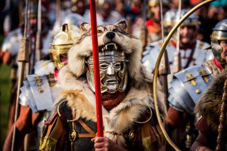 Jedes Jahr im Sommer drehen die Initiatoren von Bayerns größtem Römerfest auf dem Gelände des ehemaligen römischen Kastells