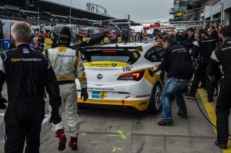 Opel ist zurück im Motorsport. Mit gut einem Dutzend privat eingesetzter Opel-Fahrzeuge feiert die Marke mit dem Blitz ihr Comeback im 24-Stunden-Rennen / © GM Company