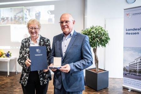 Von links nach rechts: Monika Buchalik, Vizepräsidentin der Landesärztekammer Hessen, und Prof. Dr. med. Thomas Weber*. Foto: Peter Jülich