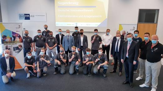 Die stolzen Wettkämpfer des Nationalwettbewerbs in den Disziplinen Elektroinstallation und Anlagenelektrik im Kreis der Jury, Betreuer sowie Gästen der Siegerehrung.