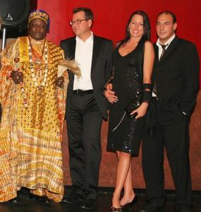 v.l.n.r. König Odu Dua von Benin, CSU-Frakt. Josef Schmid, Model Yvonne Förg, PR-Berater Dieter Pilz