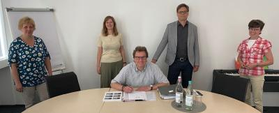Unterzeichnung der neuen gGmbH (v.l.n.r) Sylvia Finsterbusch, Manuela Remmert, Volkmar Proschwitz, Michael Götz, Christiane Baberowski