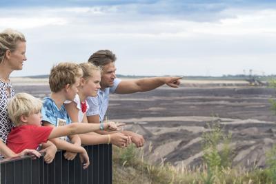 Familie am Aussichtspunkt am Tagebau Welzow-Süd, Foto: Tourismusverband Lausitzer Seenland, Nada Quenzel