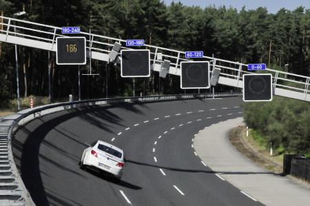 Moderner Test- und Beschleunigungsbetrieb: Seit der zweiten Rundbahnerneuerung im Jahr 2012 können die Testfahrer auf dem Gelände in Dudenhofen mit 250 km/h querkraftfrei die Steilkurve entlangfahren