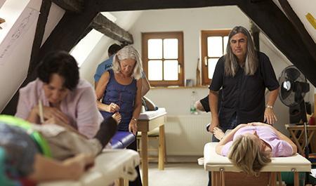 So funktioniert die Stimmgabeltherapie: Thomas Künne bei der Ausbildung von Therapeuten.