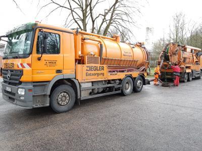 Altöl-Havarie in Alsfeld: Die Arbeiten zur Reinigung des Regenkanals haben am Mittwoch sofort begonnen, Foto: Wasserbehörde