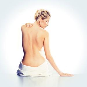 Ein Ölbad versorgt trockene und beanspruchte Haut mit einer Extraportion Pflege, so dass sie wieder glatt und geschmeidig wird / Foto: djd/PREVAL Dermatica GmbH