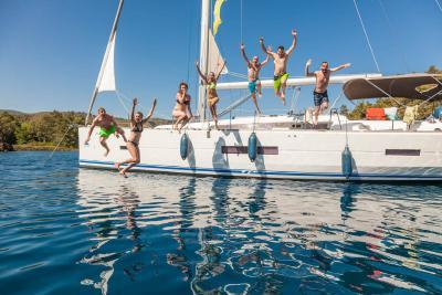 Im Segelurlaub in Kroatien vom Schiff ins Wasser