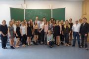 Abschluss-Schülerinnen und Schüler mit Lehrkräften