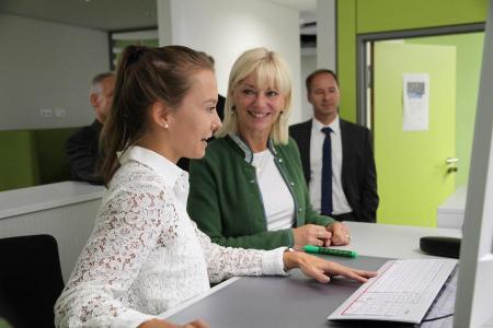Höhenverstellbare Schreibtische und rollstuhlgerechte Gänge sind zwei von vielen kleinen und großen Maßnahmen zur Barrierefreiheit / Quelle:Deutsche Rentenversicherung Bayern Süd