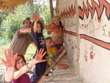 Die Familie Junker-Matths beim Anbringen der Wandmalerei beim nachgebauten Steinzeithaus